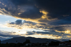 Dramatische hemel met donkere wolken boven de berg bij zonsondergang Royalty-vrije Stock Foto