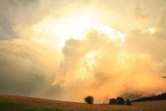 Dramatische hemel met kleurrijke wolken Royalty-vrije Stock Foto