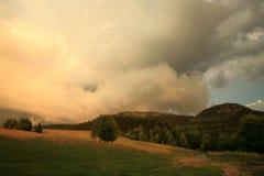 Dramatische hemel met kleurrijke wolken Stock Fotografie