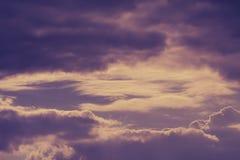 Dramatische hemel met stormachtige wolken stock afbeelding