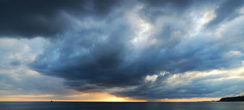 Dramatische hemel met stormachtige wolken Royalty-vrije Stock Afbeelding