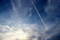 Dramatische hemel met vliegtuigen Stock Foto's