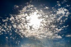 Dramatische hemel met zon in wolken Stock Afbeelding