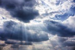 Dramatische hemel met zonnestralen stock afbeelding