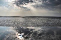 Dramatische hemel over de Baai van Morecambe stock afbeelding