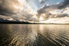 Dramatische hemel over Meer Hopfensee stock fotografie