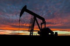 Dramatische Hemel over Pumpjack-Silhouet in Landelijke Alberta, Canada Stock Afbeelding