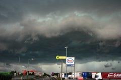 Dramatische hemel van een strenge onweersbui dichtbij Linz, Oostenrijk stock afbeelding