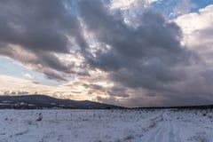 Dramatische hemelzonsondergang Mooi de winterlandscape Stock Afbeeldingen