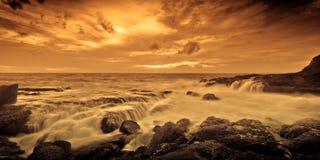 Dramatische kleurrijke oceaanzonsondergang Stock Foto