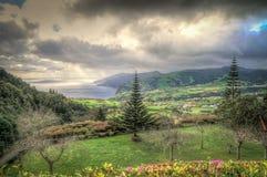 Dramatische landschapsmening over kust en groene vallei royalty-vrije stock afbeeldingen