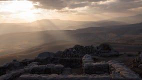 Dramatische lanscape van zonstralen die door de wolken over bergen breken Timelapse stock videobeelden