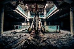 Dramatische mening van de beschadigde en verlaten bouw Stock Afbeeldingen