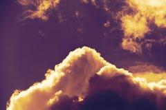 Dramatische mening van donkere die onweerswolken langs de rand door zonlicht worden verlicht stock afbeelding