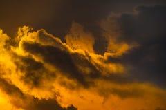 Dramatische mening van donkere silhouetten van wolken Stock Afbeeldingen