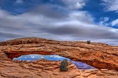 Dramatische mening van Mesa Arch in het Nationale Park van Canyonlands Royalty-vrije Stock Foto's