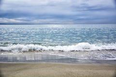 Dramatische mening van overzees of oceaan in een bewolkte dag met golven Stock Foto