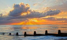 Dramatische oceaanzonsondergang stock fotografie