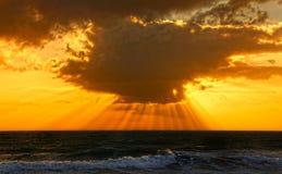 Dramatische oceaanzonsondergang stock foto