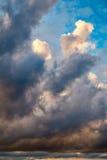 Dramatische ochtendhemel met regenwolken Royalty-vrije Stock Afbeelding