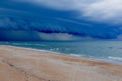 Dramatische onweerswolk over een strand van Florida Royalty-vrije Stock Afbeeldingen