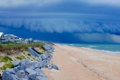 Dramatische onweerswolk over een strand van Florida Stock Afbeelding