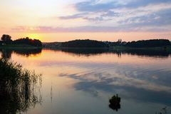 Dramatische oranje zonsondergang over het meer royalty-vrije stock foto