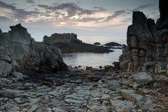 Dramatische rotsachtige kustlijn royalty-vrije stock afbeeldingen