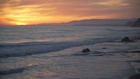Dramatische roze en oranje zonsondergang in Mesa Beach stock videobeelden