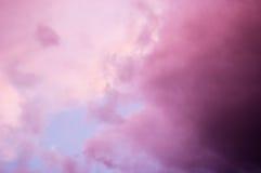Dramatische roze wolken stock foto