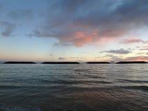 Dramatische Schemer op de Magische lagune van het Eilandstrand over de oceaan met B Royalty-vrije Stock Afbeeldingen