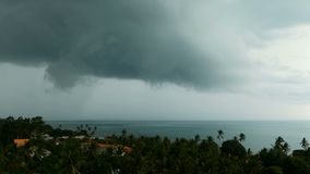 Dramatische sombere hemel met donkere onweersbuiwolken over turkooise overzees Orkaan op oceaanhorizon Levendige luchttimelapse stock videobeelden