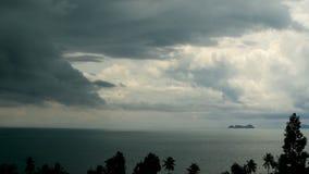 Dramatische sombere hemel met donkere onweersbuiwolken over turkooise overzees Orkaan op oceaanhorizon Levendige luchttimelapse stock video