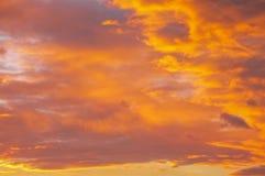 Dramatische Stedelijke Zonsondergang met wolken stock afbeelding