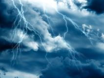 Dramatische stormachtige hemel, bliksemstakingen stock foto