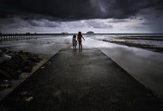 Dramatische stormachtige wolken bij een strand stock afbeelding