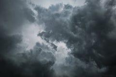 Dramatische stormachtige wolken voor achtergrond royalty-vrije stock foto's