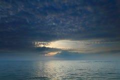 Dramatische tropische zonsonderganghemel en overzees bij schemer Stock Foto