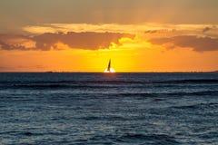Dramatische vurige oranje Hawaiiaanse zonsondergang stock foto