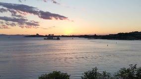 Dramatische vurige zonsondergang over het overzeese landschap stock videobeelden