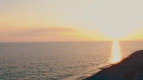 Dramatische vurige zonsondergang over het overzeese landschap stock footage
