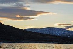Dramatische Wolken bij Zonsondergang in het Hoge Noordpoolgebied Royalty-vrije Stock Foto's