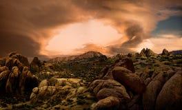 Dramatische wolken boven woestijnlandschap Royalty-vrije Stock Afbeeldingen