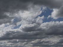 Dramatische wolken in de hemel, bewolkte hemel met nevelige nevel Stock Foto's