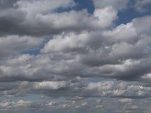 Dramatische wolken in de hemel, bewolkte hemel met nevelige nevel Stock Foto