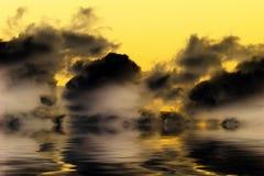 Dramatische wolken die water worden overdacht Stock Fotografie