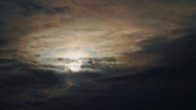 Dramatische wolken en een vliegtuig in de afstand stock videobeelden