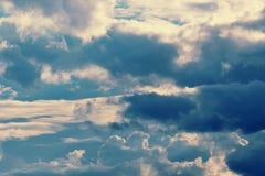 Dramatische wolken grijze en blauwe kleuren en de donkere wolken Royalty-vrije Stock Fotografie