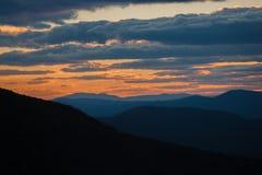 Dramatische wolken over bergketen bij zonsondergang Royalty-vrije Stock Afbeelding