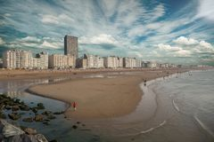 Dramatische wolken over de horizon van Oostende, België royalty-vrije stock fotografie